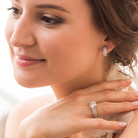 femme joue bijoux reunion signe