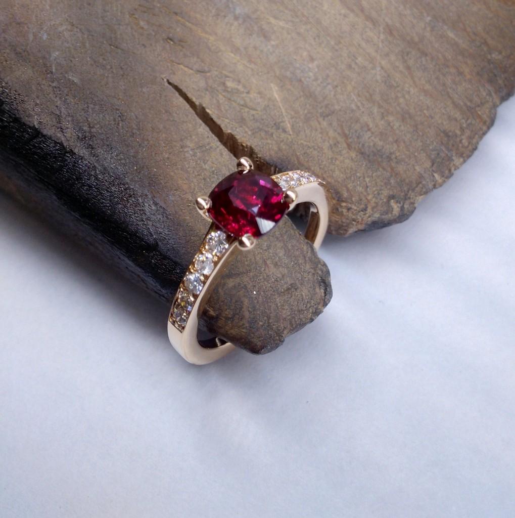 Bague en or rose 750/1000ème, sertie d'un rubis du Mozambique de 1,35cts et accompagné de diamants.